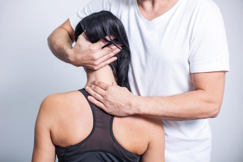 Rozmasírovanie stuhnutého krku môže uvoľniť bolesť hlavy. Foto: Shutterstock