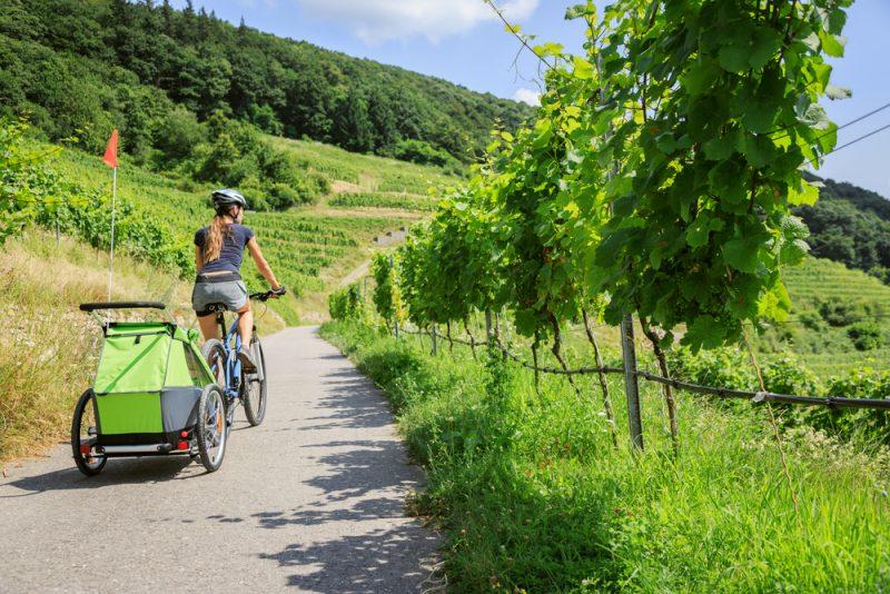Cyklistika nie je problém ani s menším dieťaťom. Foto: Shutterstock
