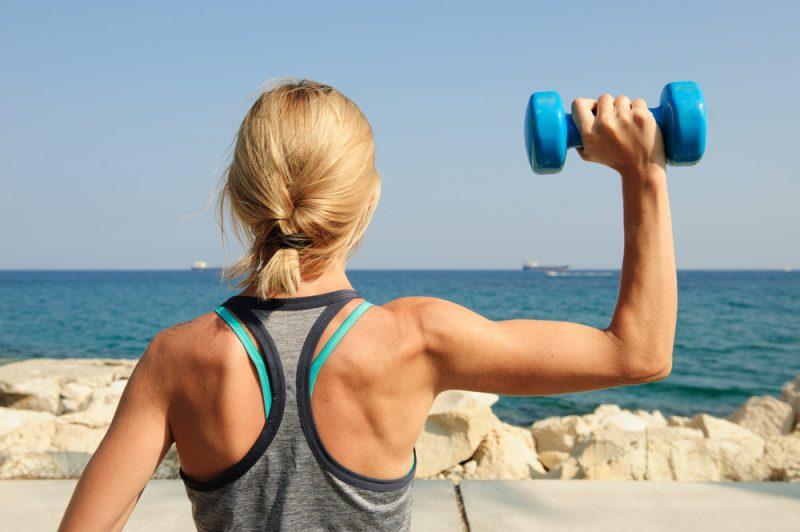 Nadbytočný tuk na hornej časti rúk pravdepodobne znamená zníženú hladinu testosterónu. Foto: Shutterstock