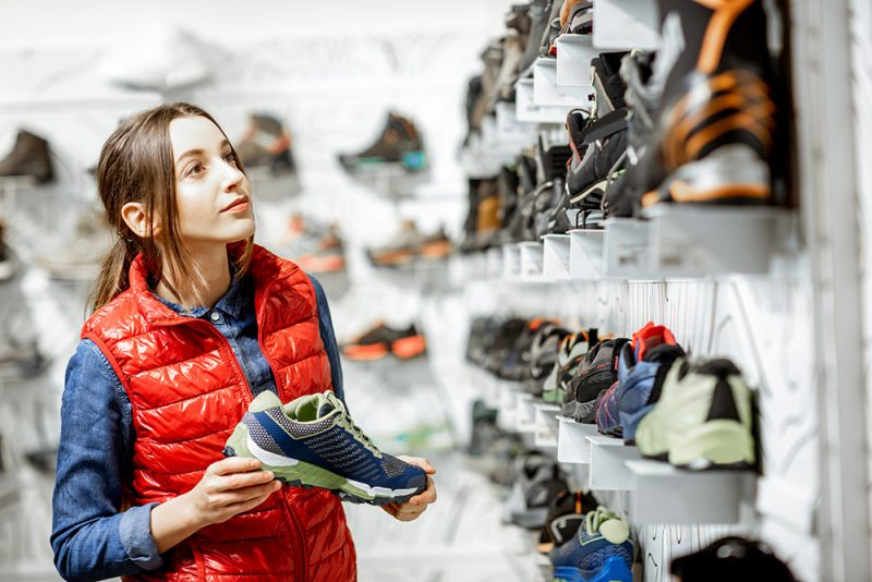 Topánky na turistiku skúšajte podvečer. Foto: Shutterstock