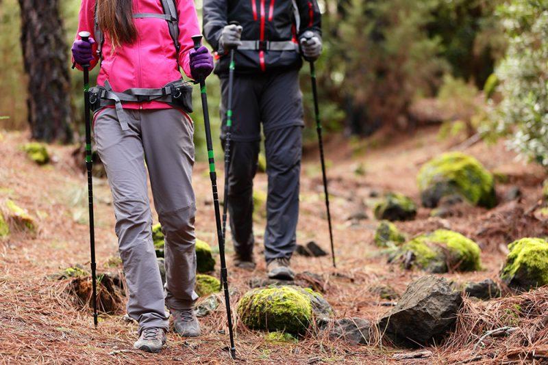 Turistické palice vám pomáhajú nielen do kopca a z kopca, ale aj keď máte ťažký náklad. Foto: Shutterstock