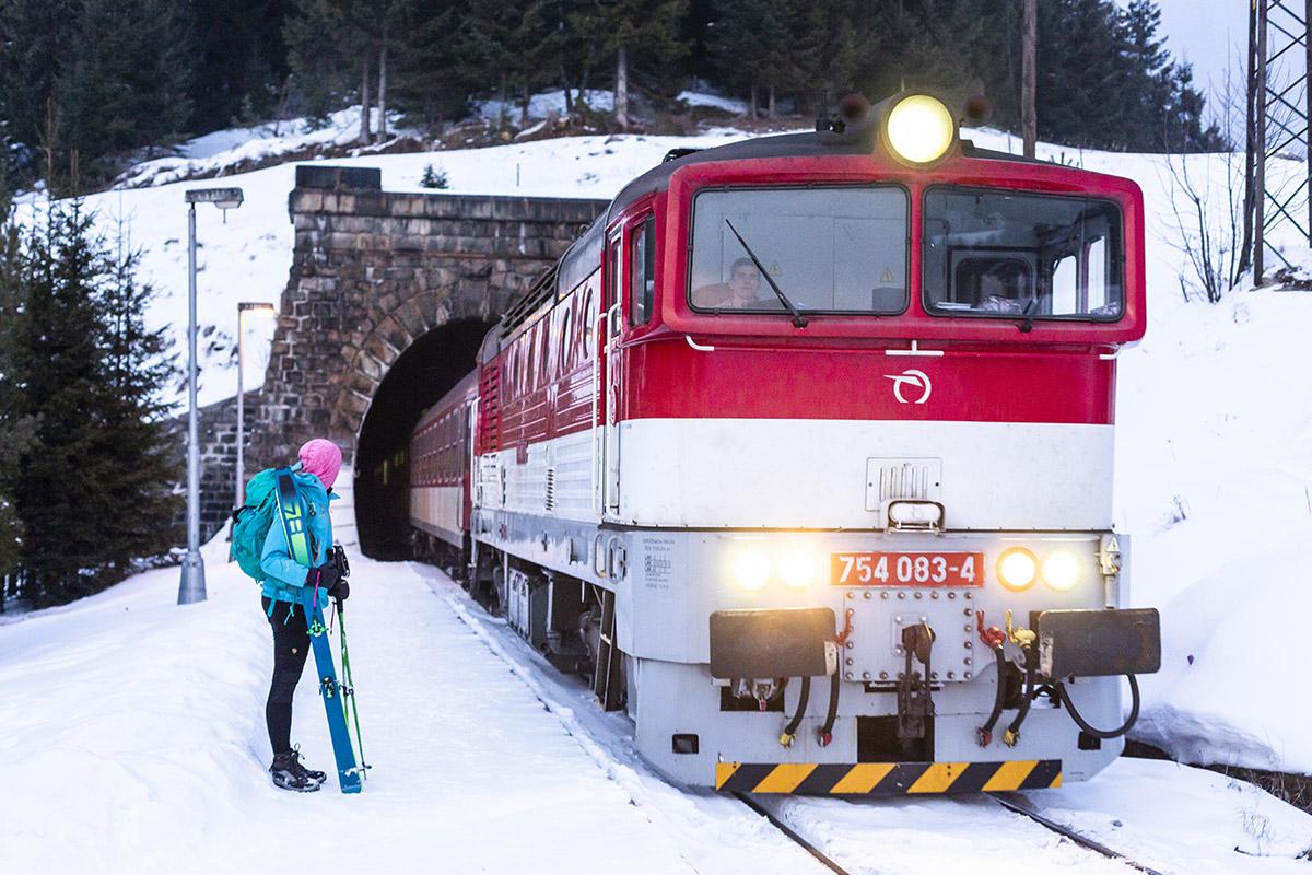 Na lyže vlakom. Foto: Miro Pochyba
