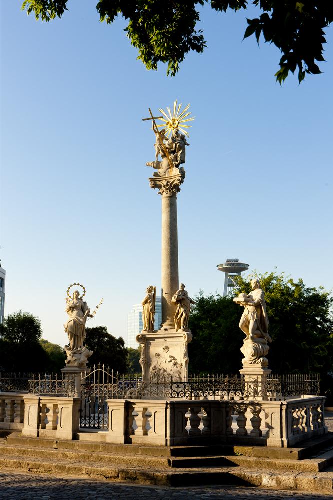 Morový stĺp v Bratislave. Pohreby morových obetí sa často (ak vôbec) vykonávali v noci, aby sa obmedzil kontakt s inými ľuďmi. Foto: Shutterstock