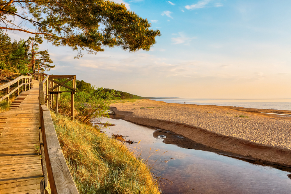 Západ slnka si vychutnajte na pláži v meste Saulkrasti v Lotyšsku. EuroVelo 10. Foto: Shuttestock