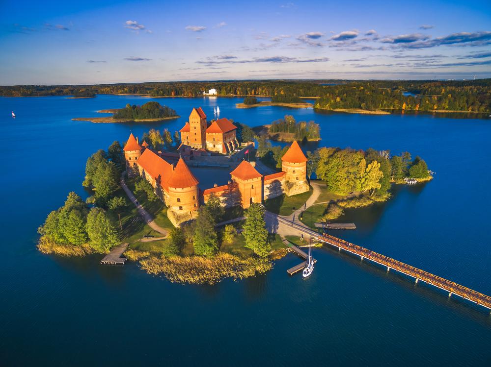 Hrad Trakai pri meste Vilnius v Litve. EuroVelo 11. Foto: Shuttestock