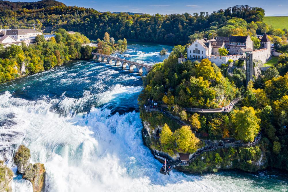 Rieka Rýn vo Švajčiarsku pri hrade Laufen. EuroVelo 15. Foto: Shuttestock
