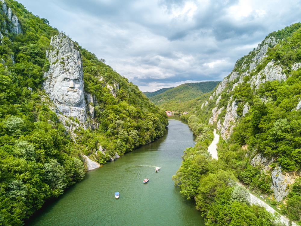Hlava rumunského kráľa Decebala vytesaná v skale nad Dunajom na rumunsko-srbskej hranici. EuroVelo 6. Foto: Shutterstock