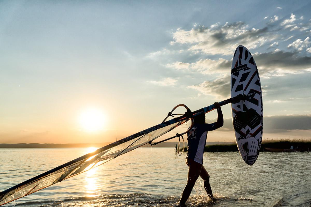 Surfer v Podersdorfe na Neziderskom jazere. Foto: (c) Burgenland Tourismus, Birgit Machtinger
