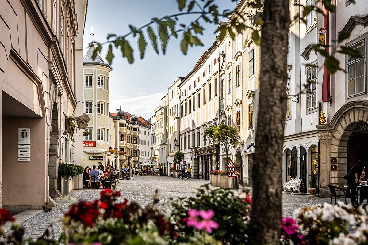 Kaviarne a reštaurácie v Starom meste sa vylievajú na ulici a miešajú sa v nich domáci s turistami.