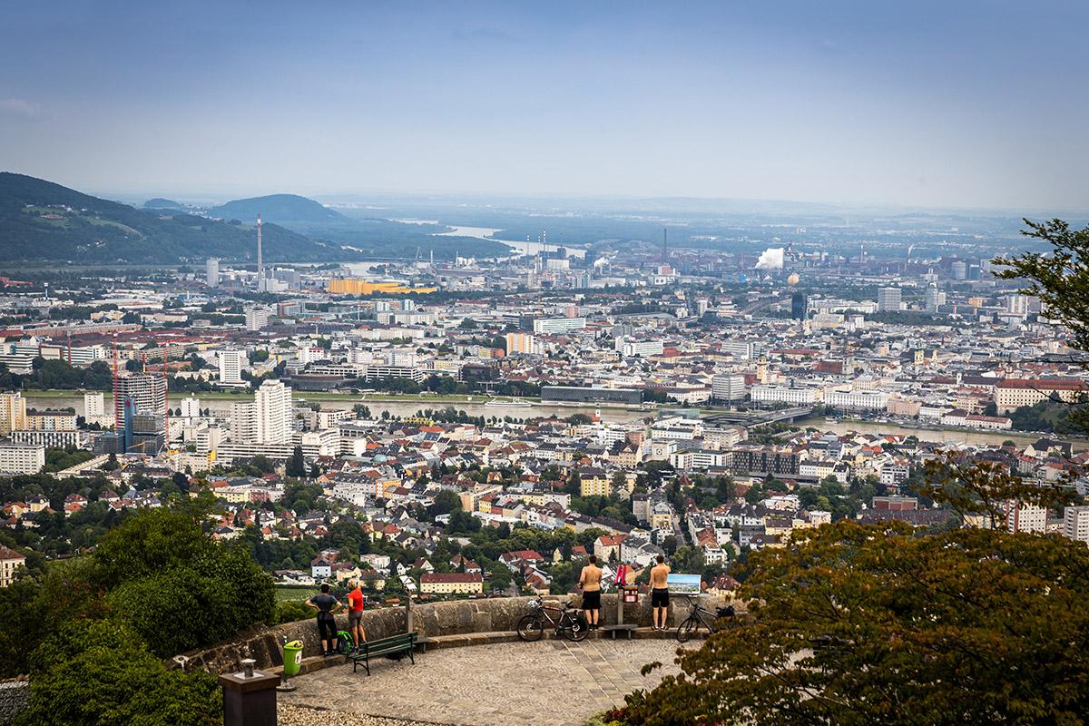 Výhľad na mesto z kopca Pöstlingbergkirche. Foto: Miro Pochyba