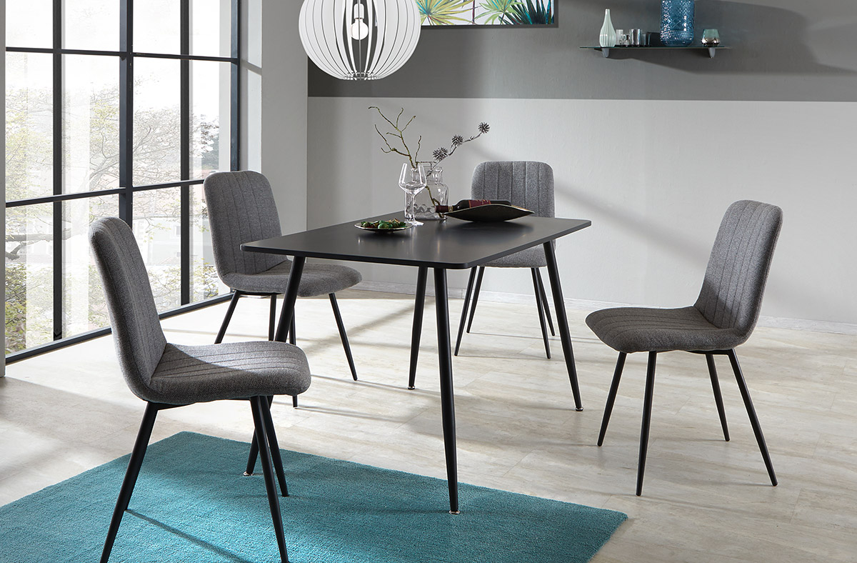 Pokiaľ chcete aby základ vášho interiéru tvorila čierna a biela, nábytok voľte zásadne vždy jednofarebný.