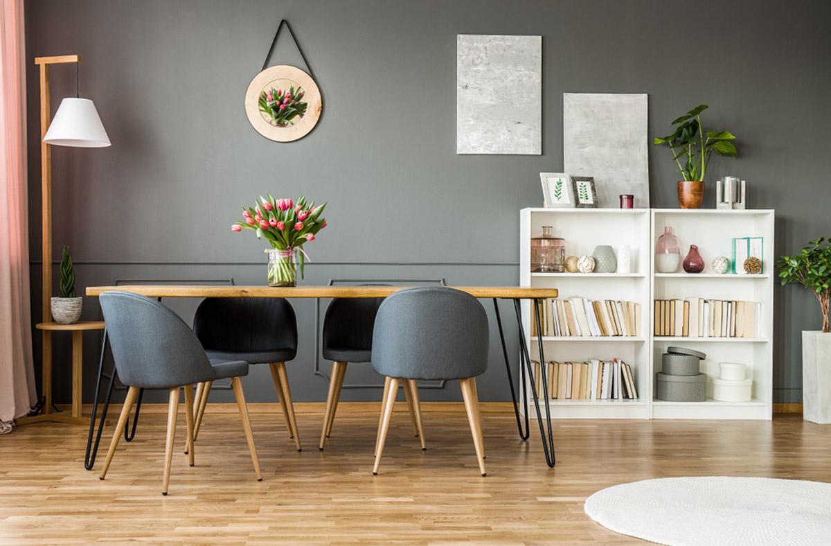 K sivej odporúčame pridať nábytok z bledého dreva.