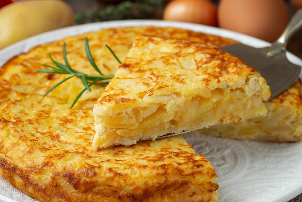 """Tortilla de patatas nemusí byť usmažená úplne do tvrda, zvnútra môže zostať """"tekutejšia"""". Foto: Shutterstock"""