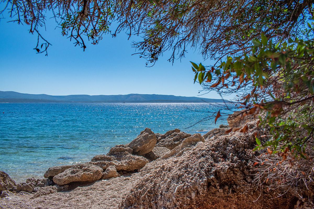 Pláže na juhu ostrova Brač, len kúsok od pláže Zlatni rat.