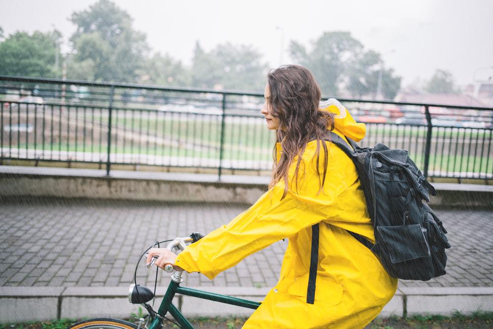 Na bicykli v zlom počasí: Zakryte, čo sa dá. Foto: Shutterstock