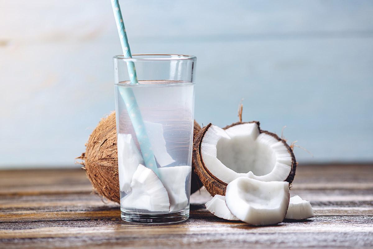 Kokosová voda obsahuje elektrolyty prirodzene. Foto: Shutterstock