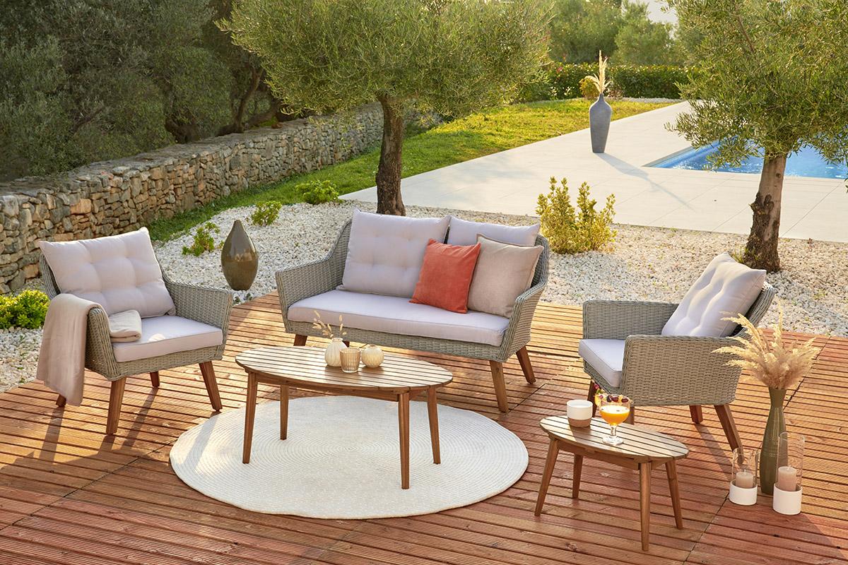 Kvalitný záhradný nábytok z dreva by mal byť odolný voči počasiu.