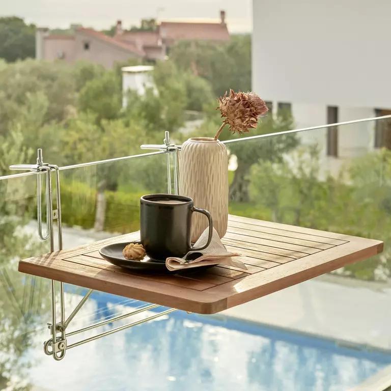 Sklápací stolík je ako stvorený pre tie najmenšie balkóny. Mať kam položiť pohár vína alebo šálku kávy je to najdôležitejšie!