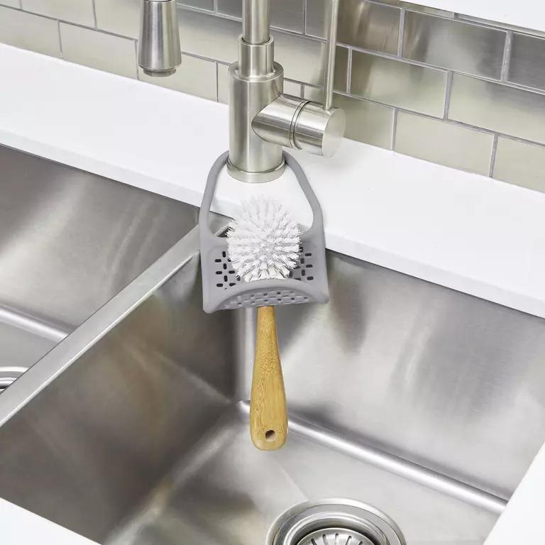 Výhodou daného držiaka je flexibilita. Môžete ho zavesiť za hranu drezu aj kuchynskú batériu.