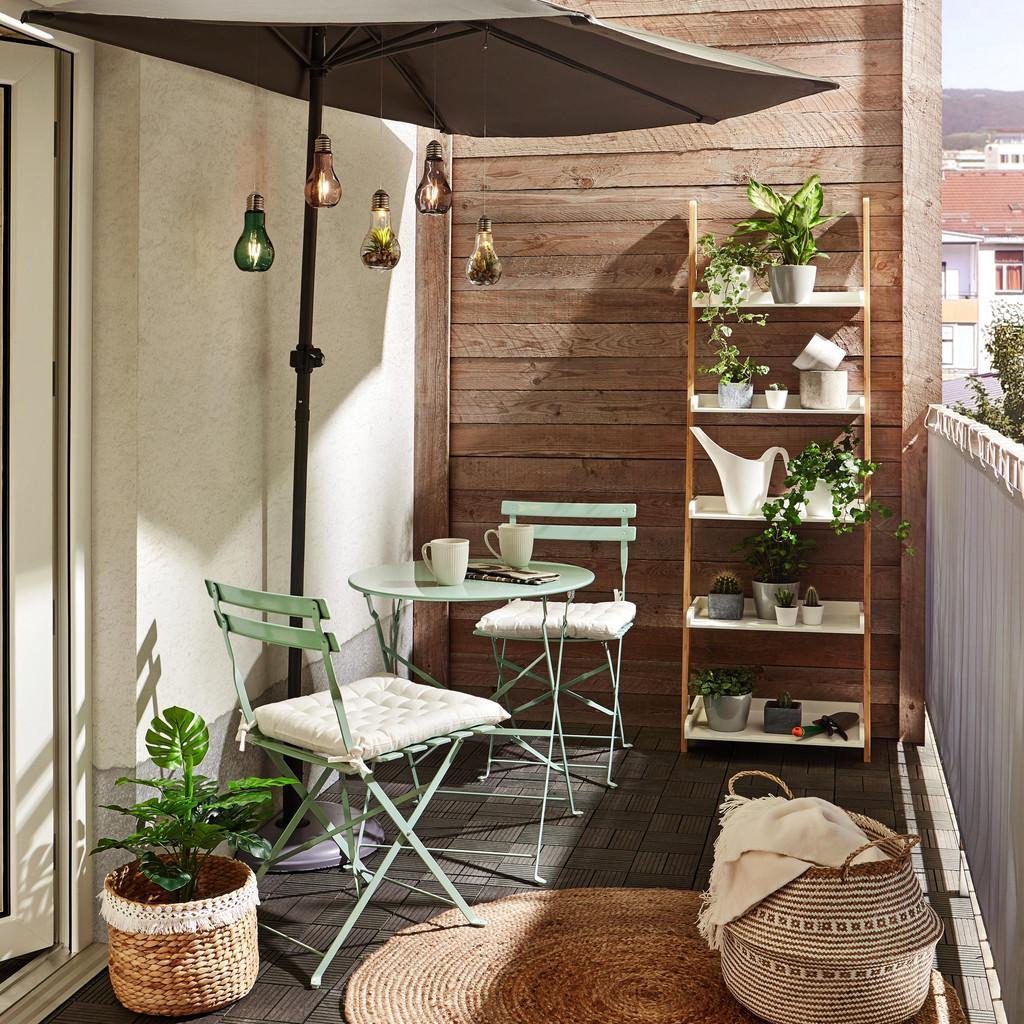 """Aj keď budete len """"vetrať"""" exotické izbové rastliny alebo na zábradlie zavesíte kvetináče s muškátmi, bude sa tu krásne relaxovať."""