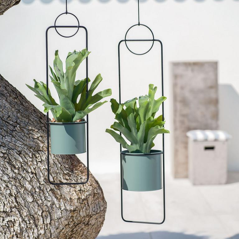 Závesné kvetináče šetria miesto. Môžete ich zavesiť nad predel medzi balkónmi, zasadiť popínavé rastliny a vytvoríte tak prirodzenú clonu.