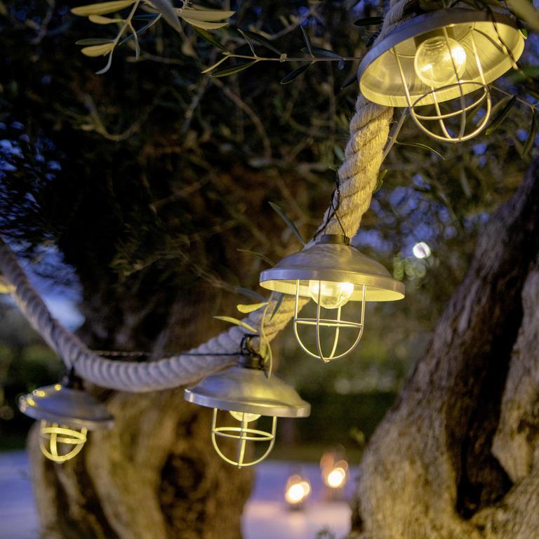 Svetelné reťaze a lampióny na solárny pohon sa cez deň dobíjajú a v noci krásne svietia.