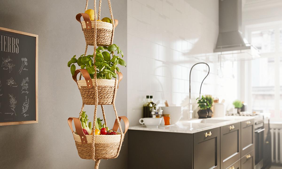Hľadáte miesto pre ovocie či zeleninu? S týmto kúskom budete mať paradajky a papriky vždy po ruke. Hotový je raz dva!