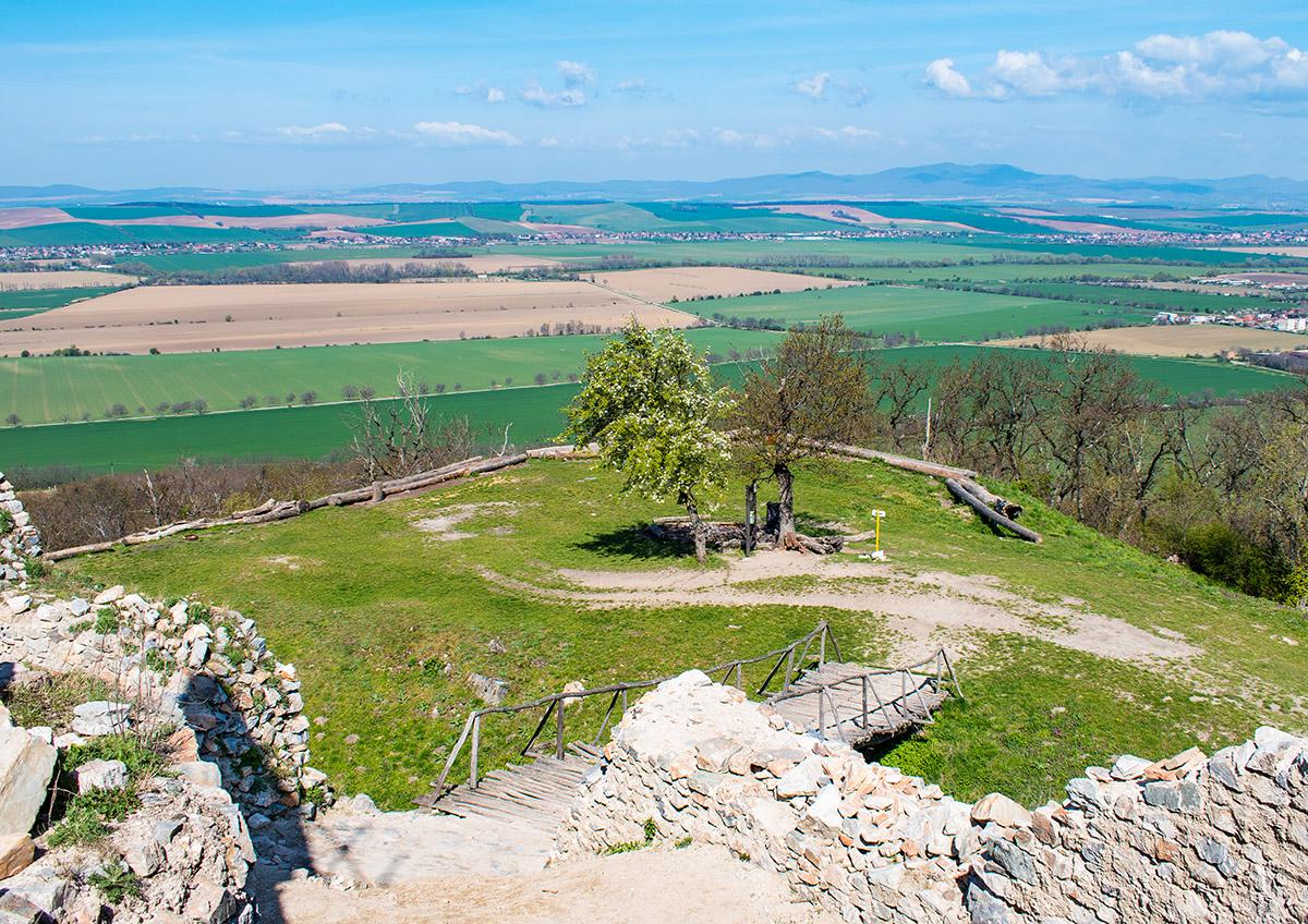 Napriek tomu, že hrad neleží vo vysokej nadmorskej výške, je z neho krásny výhľad do širokého okolia. Foto: Martina