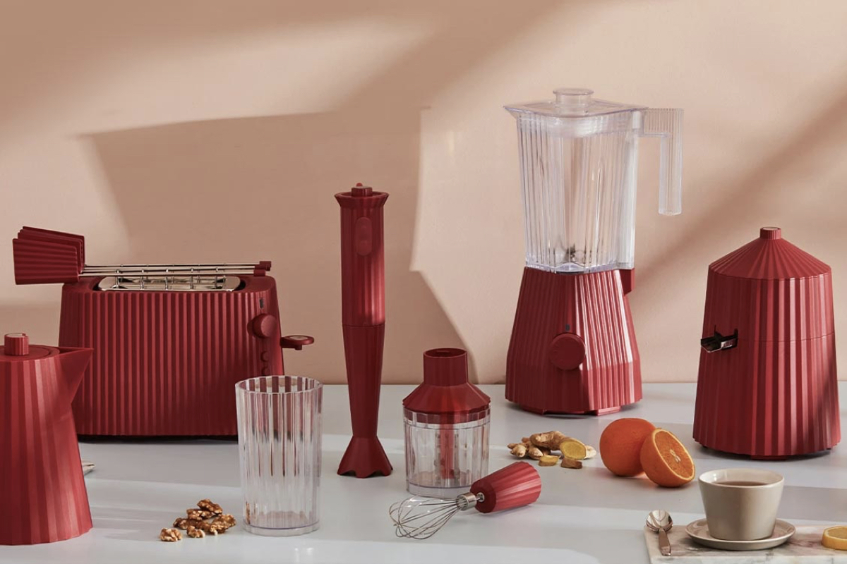 Kolekcia domácich spotrebičov Alessi Plissé je inšpirovaná skladanou, tzv. plisovanou látkou a má priam sochársky charakter. Foto: coolberry.sk