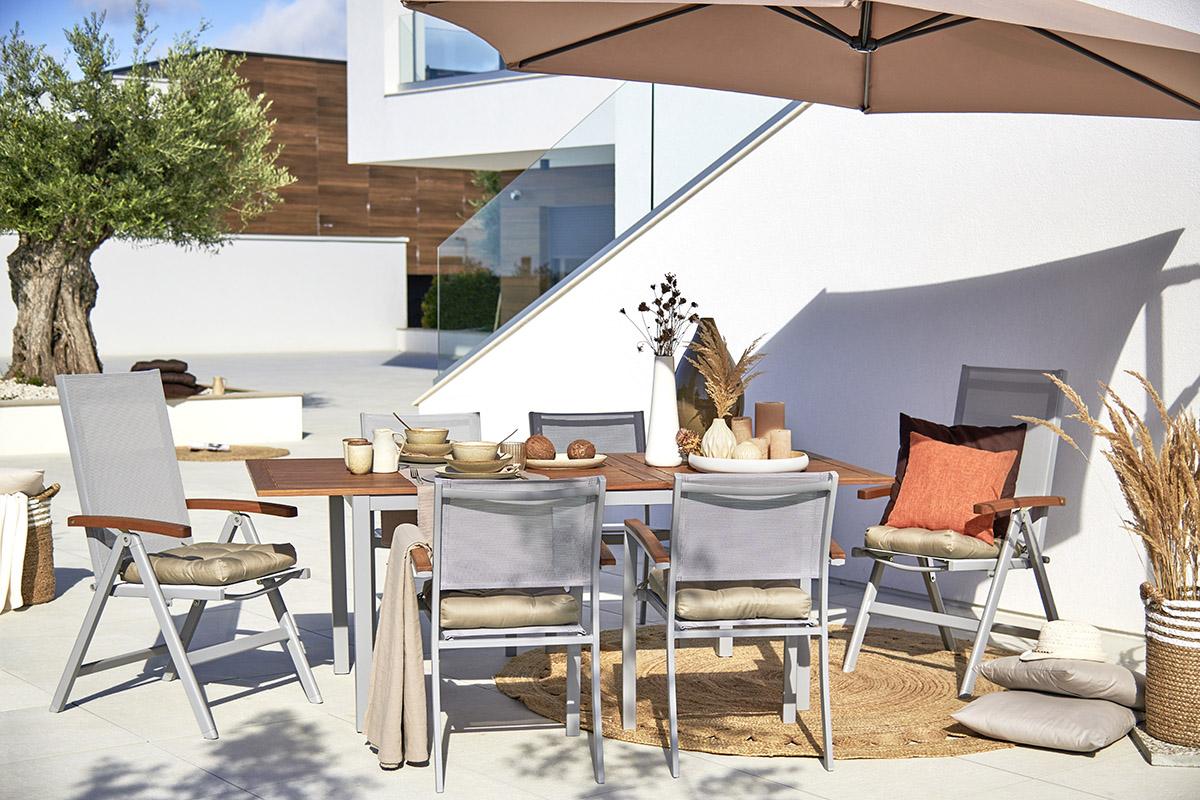 Pohodlné a zároveň praktické sedenie na záhrade. Zdroj: Möbelix