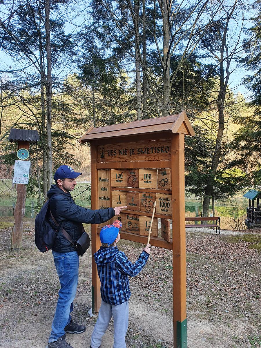Tematické zastávky na náučnom chodníku Čierna mláka informujú deti aj dospelých o zaujímavostiach lesa.