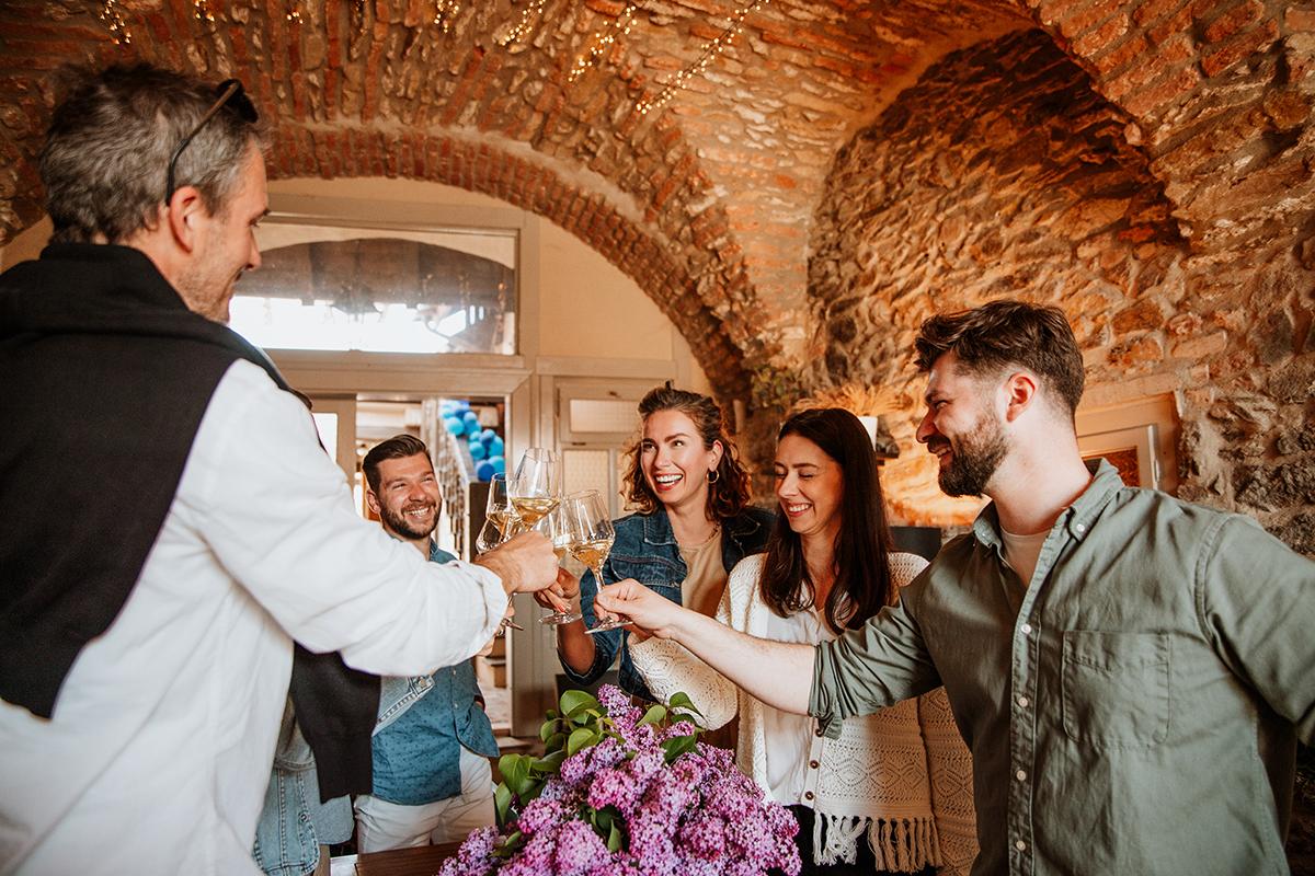 V cene lístka na otvorené viechy je 5 vzoriek vína a niečo pod zub. Foto: Shutterstock